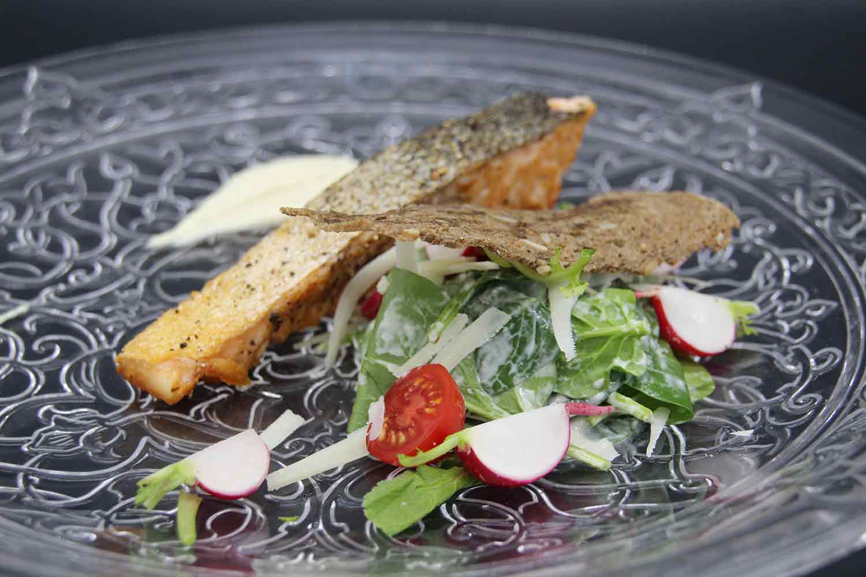 Wrap gefüllt mit Salat Herzen Tomaten, Freiland Huhn und Pancetta
