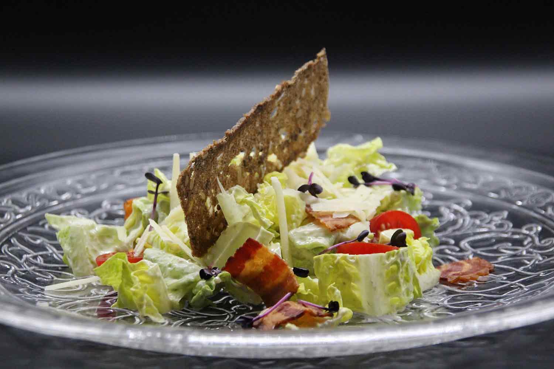 Salatherzen mit Speck Tomaten, krossem Speck und Brotchip